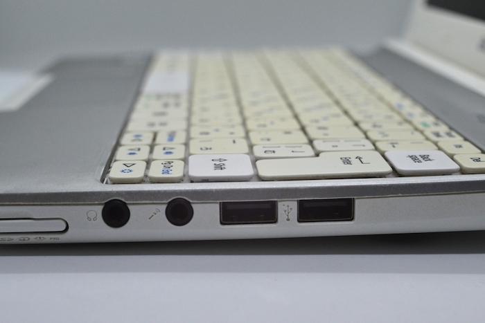 ノートパソコンのUSBポートは横にあるが、ホコリは溜まる